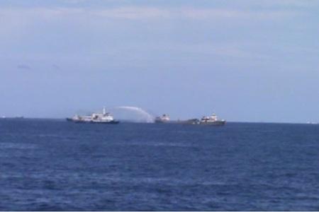 Tàu Trung Quốc phun vòi rồng công xuất lớn vào tàu thực thi pháp luật Việt Nam.