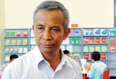 Ông Đặng Ngọc Tùng trao đổi với báo chí