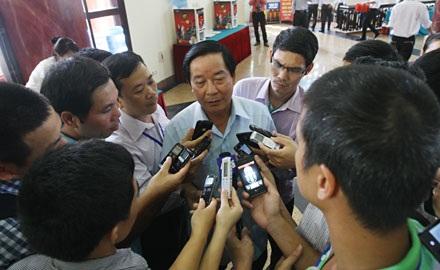 Ông Trần Văn Hằng trao đổi với báo chí (Ảnh Việt Hưng)