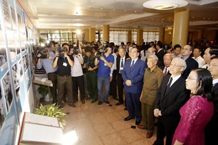 Lãnh đạo Đảng, Nhà nước xem tư liệu ghi lại những ngày tháng diễn ra Hội nghị Giơnevơ