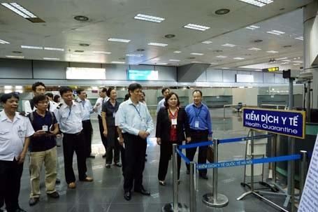 Lãnh đạo Bộ Y tế và Hà Nội đi kiểm tra tại Cảng hàng không quốc tế Nội Bài