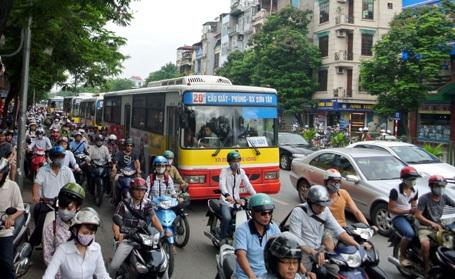 Xe buýt nối đuôi nhau vào giờ cao điểm
