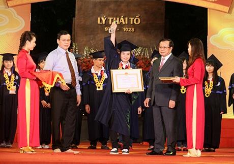 Thủ khoa các trường đại học, học viện được lãnh đạo thành phố Hà Nội tuyên dương (ảnh Mai Châm)
