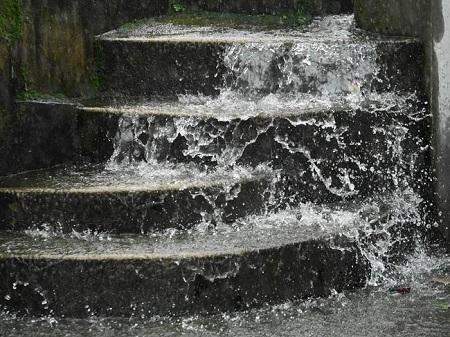 Nước mưa chảy xối xả trên những bậc thang của ngôi làng trong một trân mưa to như trút
