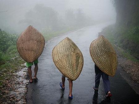 """Những người dân nơi đây sử dụng chiếc ô """"knup"""" truyền thống để làm việc và sinh hoạt"""