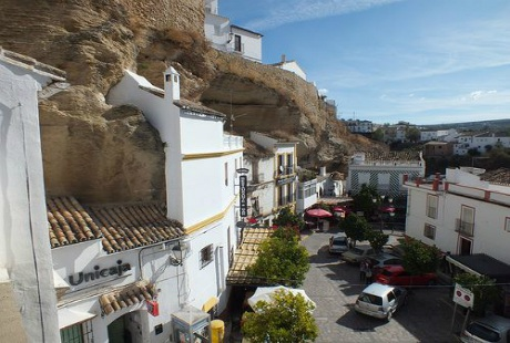 Thị trấn tuyệt đẹp nằm dưới những khối đá khổng lồ