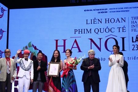 Đạo diễn Nguyễn Hoàng Điệp lên nhận giải của BGK dành cho phim dài