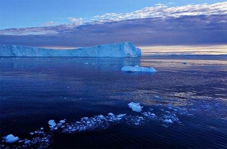 Chứng kiến những tảng băng trôi chìm xuống nước
