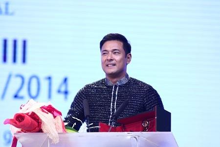 Diễn viên Allen Dizon (Philippines)lên nhận giải Nam diễn viên xuất sắc nhất
