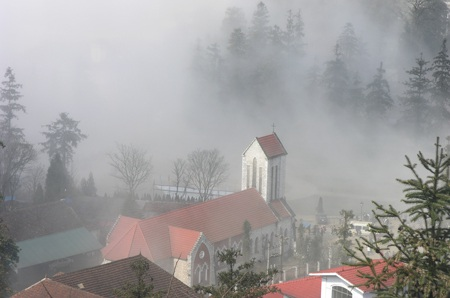 Phong cảnh nhà thờ đá cổ Sa Pa trong sương sớm đẹp như tranh thủy mặc
