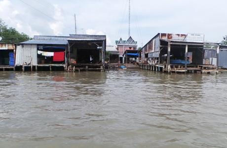 Cuộc sống bình dị của người dân vùng sông nước với những mái nhà nổi đơn sơ dọc bờ sông Cửa Lớn