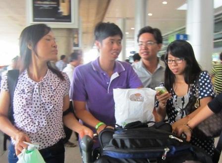 Du khách Việt trở về nước sau khi bị công ty du lịch Travel Life đem con bỏ chợ trên đất Thái