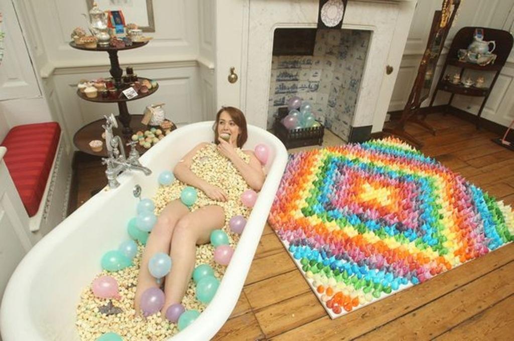 Bồn tắm đầy bỏng ngô bọc caramen đường