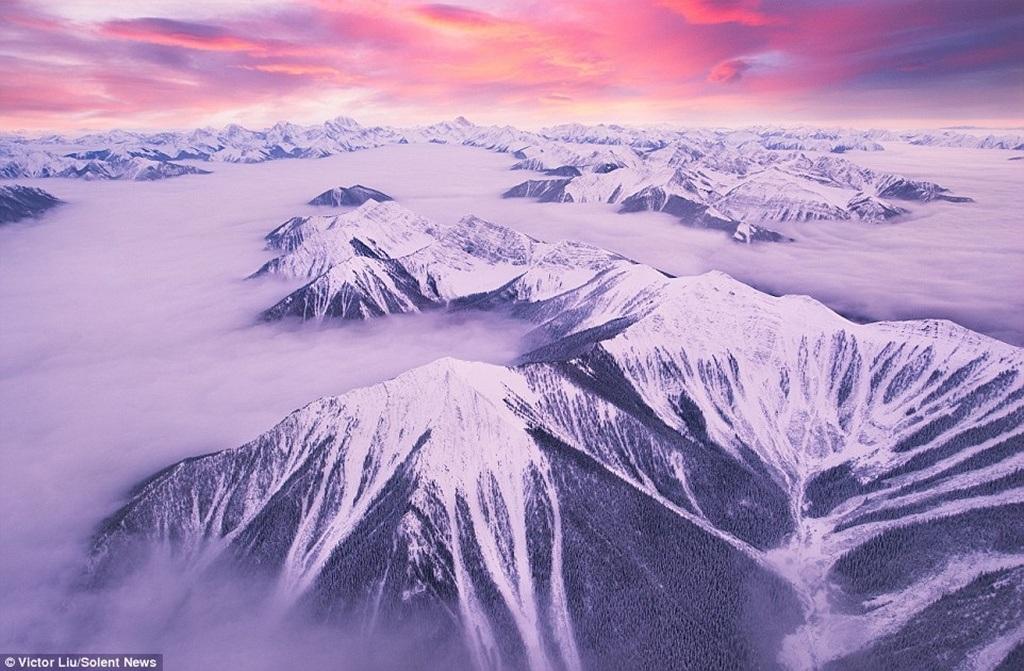 Mây uốn lượn, phủ kín những dãy núi đá tạo nên cảnh tượng mê hồn
