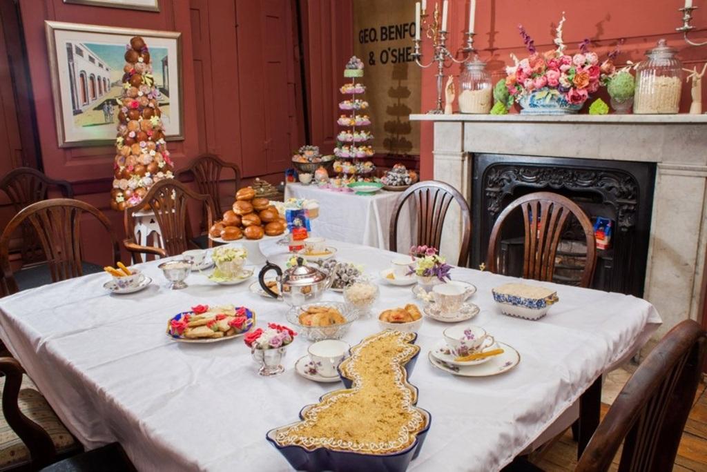 Bàn tiệc thịnh soạn với vô số món ăn ngọt ngào