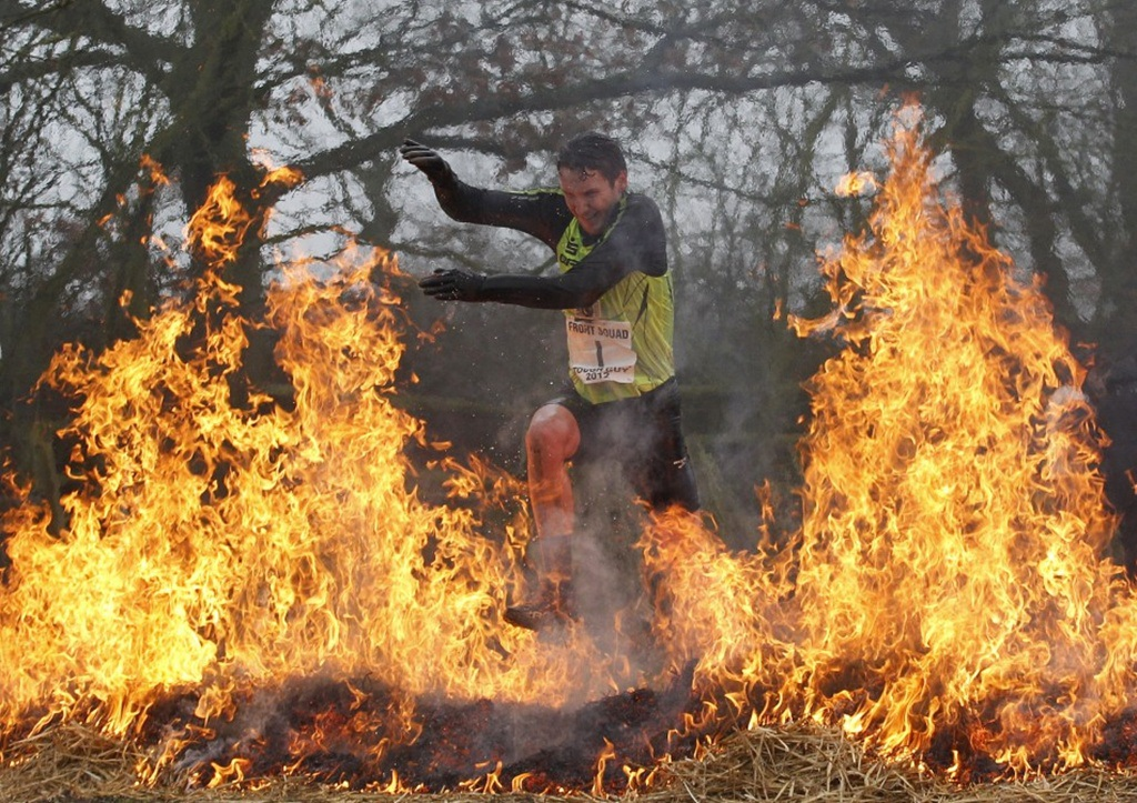 Người tham gia đang vượt qua thử thách nhảy qua lửa