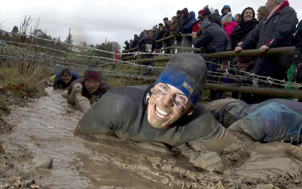 Một người chơi đang gắng sức vượt khỏi đầm lầy