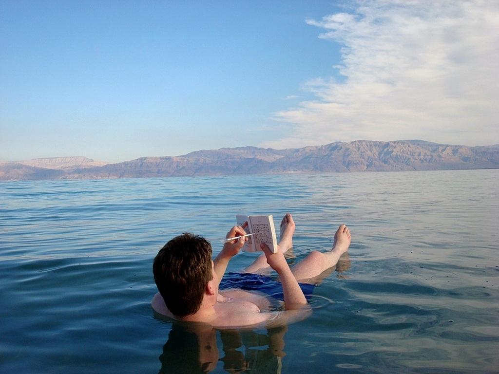 Tuy nhiên nước biển ở đây tạo cảm giác cay và có thể gây thương tích nếu lọt vào mắt.