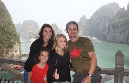 Cả gia đình ở vịnh Hạ Long, Việt Nam
