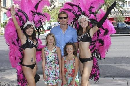 Ba bố con chụp cùng những vũ công tại Las Vegas, Nevada