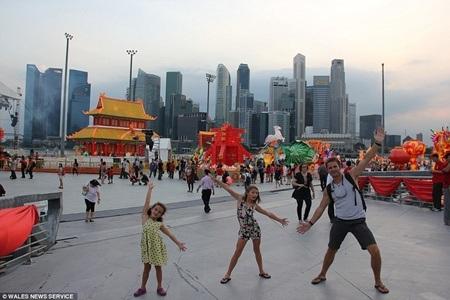 Ba bố con cùng tham dự một lễ hội đường phố ở Singapore