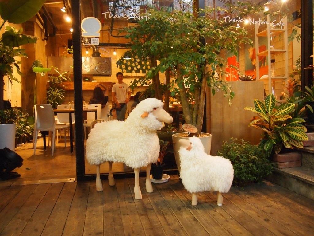 Mô hình hai chú cừu đặt ngoài cửa