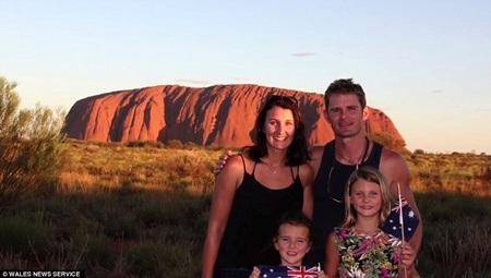 Cả gia đình có mặt ở địa danh Ayers Rock thuộc trung tâm Australia