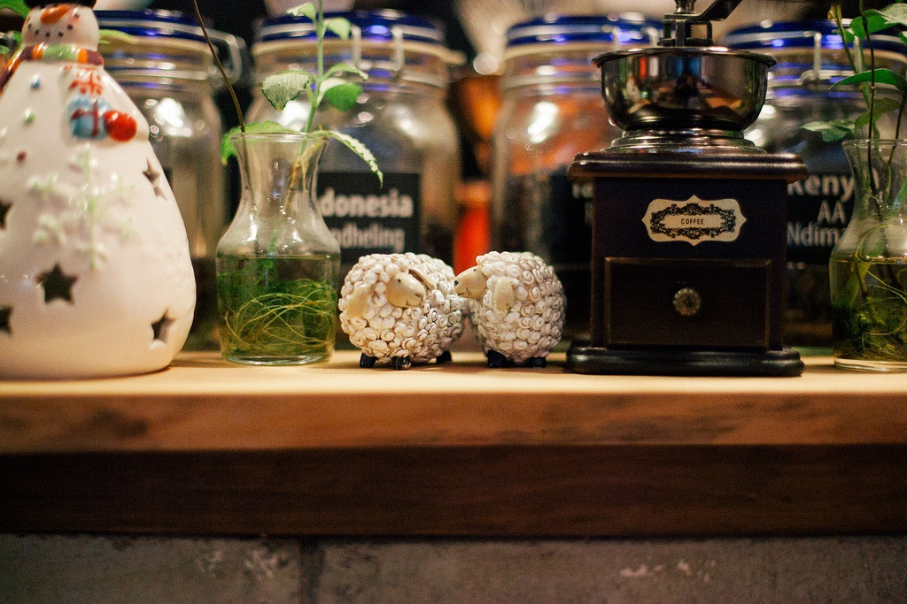 Những vật dụng nhỏ xinh trong quán đều mang hình ảnh về cừu
