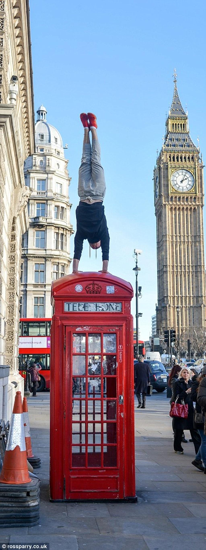 Chổng ngược trên bốt điện thoại đỏ nổi tiếng ở London