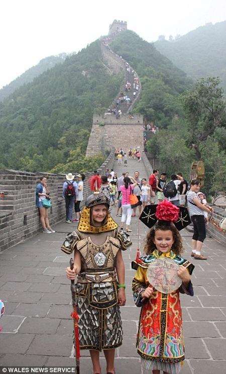 Hai cô bé mặc những trang phục cổ trang khi tạo dáng tại Vạn Lý Trường Thành