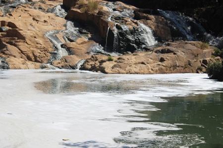 Nước dòng thác Cam Ly là một màu đen ngòm