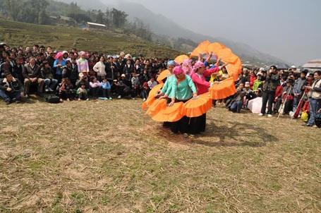 Múa hát trong ngày hội xuân Roóng Poọc của người Dáy Tả Van, Sa Pa