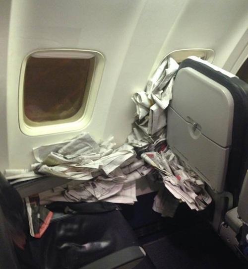 Ghế ngồi trở thành điểm xả rác thoải mái của một hành khách kém văn minh.