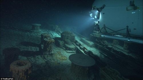 Tàu nằm ở vị trí rất sâu nên đoàn thám hiểm phải dùng đèn pha để tiếp cận