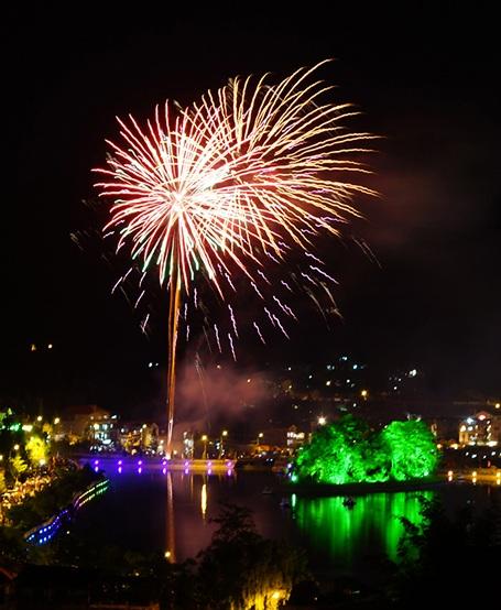 Màn pháo hoa rực rỡ bên bờ hồ Xuân Viên khiến đất trời Sa Pa thêm lung linh, huyền ảo