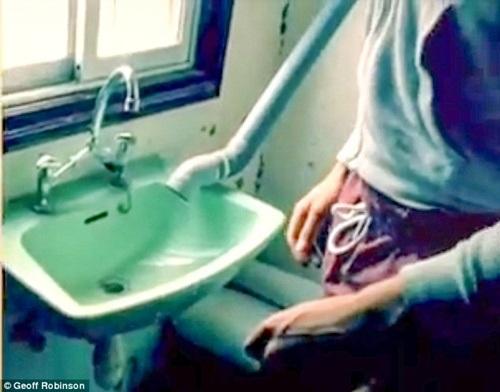 Vòi nước trong nhà vệ sinh