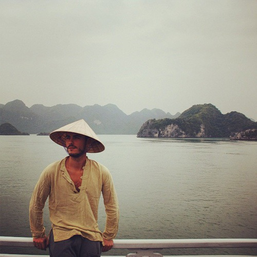 Chàng trai Bồ Đào Nha tạo dáng ở vịnh Hạ Long với chiếc nón lá