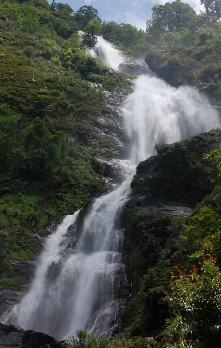 Thác Bạc dưới chân đèo Ô Quý Hồ - Sa Pa là một trong những dòng thác đẹp nhất vùng Tây Bắc