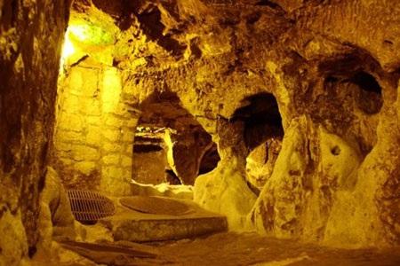 Cư dân Derinkuyu có thể bảo vệ mình bằng cách sử dụng các cửa đá khổng lồ. Ảnh Alamy