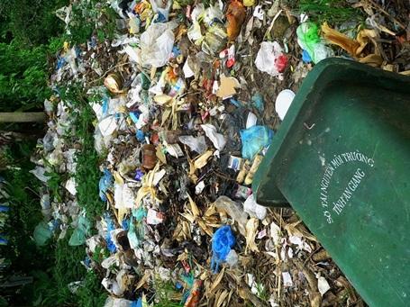 Trong khi đó cái thùng chứa rác được Sở TNMT trang bị thì bị vô hiệu hóa.