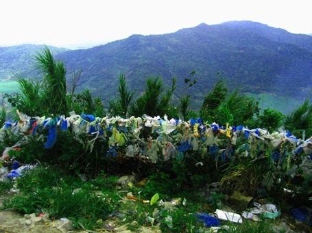 Nóc nhà đồng bằng sông Cửu Long luôn bị ngập bởi rác từ du khách để lại