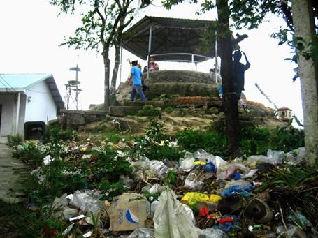 Chân điện thờ nằm trên đỉnh Bồ Hong (cao 705m) cũng ngập rác