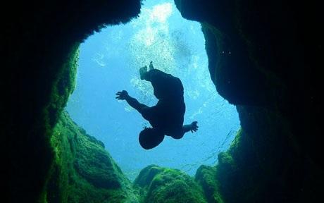 Dù 8 thợ lặn từng bỏ mạng tại nơi đây nhưng vẫn có rất nhiều người tới trải nghiệm cảm giác mạnh