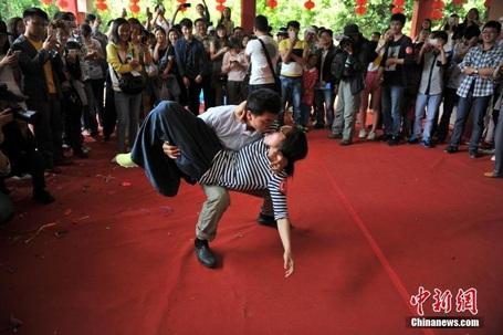 Muôn vàn kiểu khóa môi trong cuộc thi hôn ở Trung Quốc