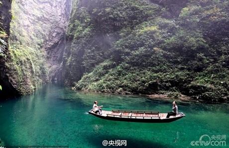 Dòng nước trong vắt khiến thuyền như đang trôi lơ lửng.(Nguồn: Xinhua)