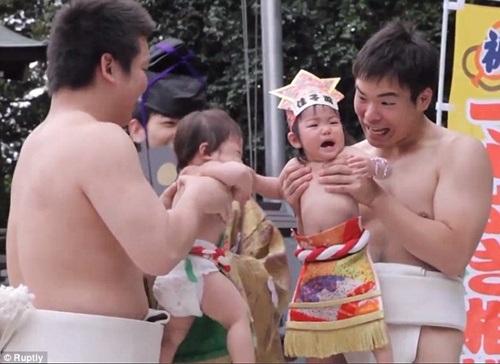 Những em bé sơ sinh được cha mẹ đưa tới lễ hội