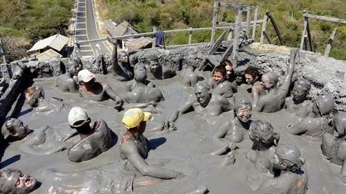 Du khách chen chúc tắm bùn trên miệng núi lửa