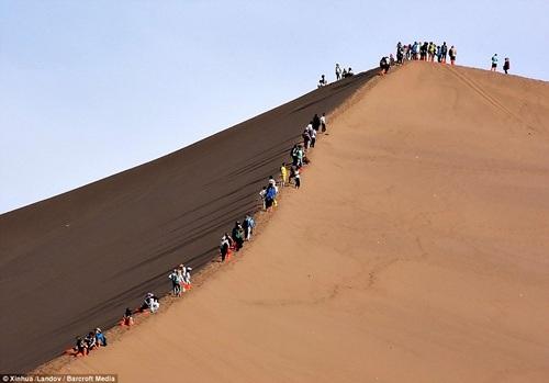 Dòng người nối đuôi nhau từ trên đỉnh đồi trượt xuống dưới