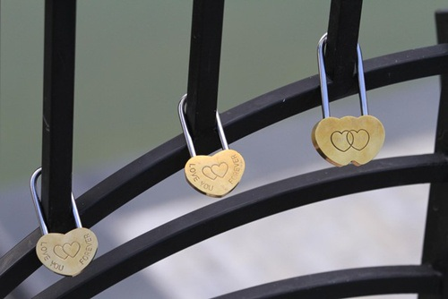 Những ổ khóa tình yêu được treo trên lan can