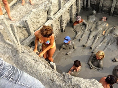 Bùn tắm khoáng tự nhiên, rất tốt cho da và chữa được một số bệnh
